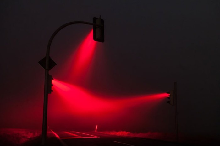 traffic-lights-in-the-fog-long-exposure-by-lucas-zimmerman-2